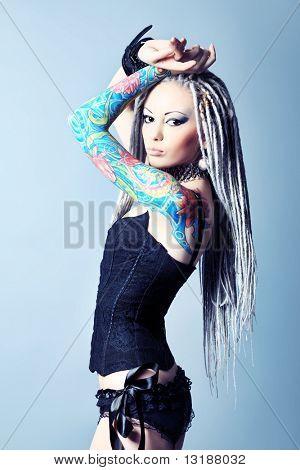 Retrato de uma jovem elegante com dreadlocks brancos em lingerie preta. Moda.