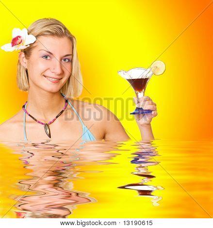 Muchacha con una copa de cóctel en agua procesada