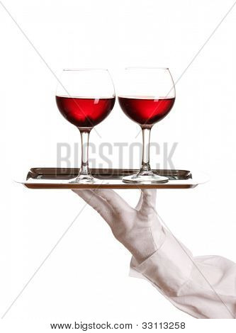La mano en el guante con bandeja de plata con copas aislados en blanco