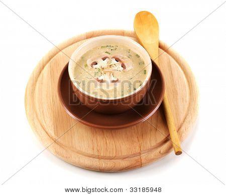 schmackhafte Suppe auf runden Holzbrett, isoliert auf weiss