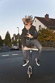 Постер, плакат: Милый мальчик несетесь с его скутер