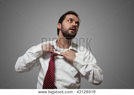 Joven barbudo a hombre con corbata roja