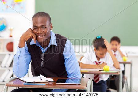 Maestro africano hombre guapo de la escuela primaria en aula