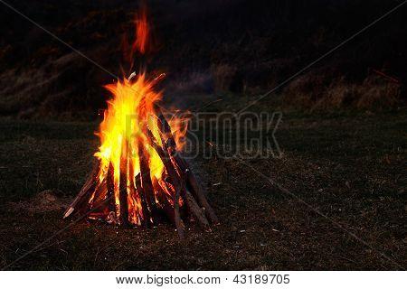 knisternden Lagerfeuer