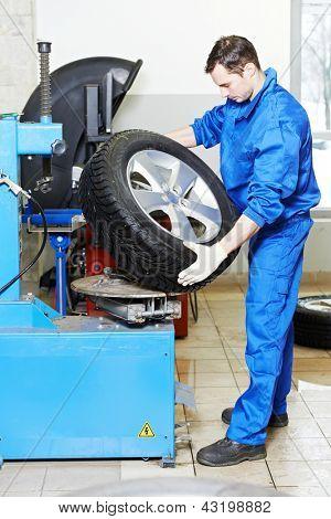mecânico reparador de instalar automóvel carro roda em trocadores de pneus