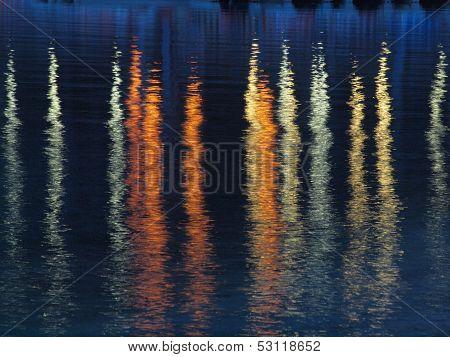 Riflessi colorati sull'acqua