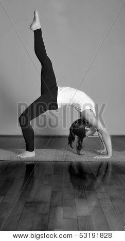 Girl doing Eka Pada Urdhva Dhanurasana/Eka Pada Chakrasana yoga pose