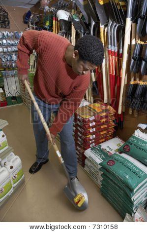 Pala prueba hombre afroamericano en tienda