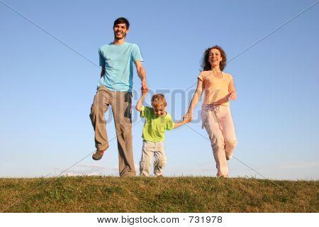 Familie auf Wiese 2 ausgeführt wird