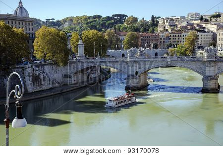 Bridge of Vittorio Emanuele II through the river Tiber