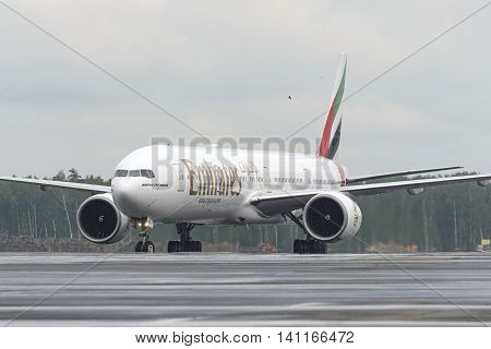 Emirates Airlines Boeing-777-200 Taxiing.