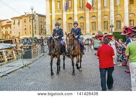 Policenmen With Horses  Watch The Scenery At The Entrance Of The Arena