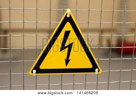 Sign of electrical danger in the form of lightning on a yellow triangle.