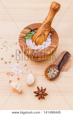 Close Up Himalayan Pink Salt In Wooden Mortar And Herbs Garlic ,dried Thyme, Pepper ,fennel Seed ,ro