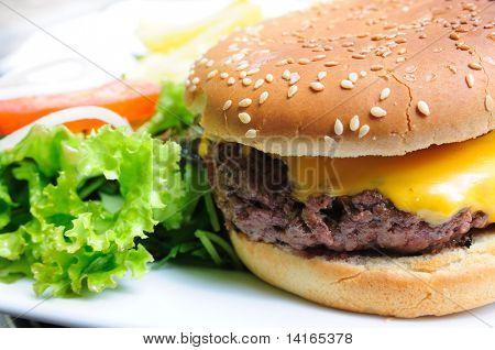 Hamburguer de queijo - queijo americano hambúrguer com salada fresca