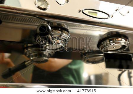Bottomless portafilter in automatic coffee machine
