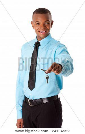 Corretor de imóveis entrega as chaves de casa
