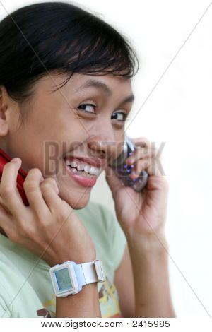 Menina chamada por 2 telefones