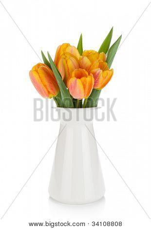Buquê de tulipas laranja em vaso. Isolado no fundo branco
