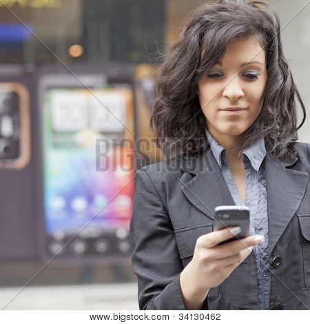 Frau mit Handy zu Fuß