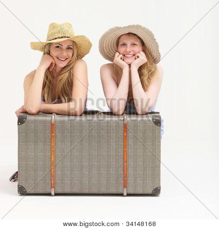 Glückliche Touristen mit ihren Koffer