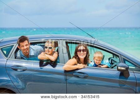 Familia de cuatro en un coche