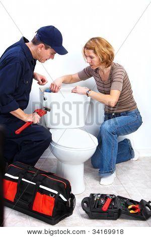 Encanador profissional, fazendo reparação de WC. Serviço de reparo de encanamento.