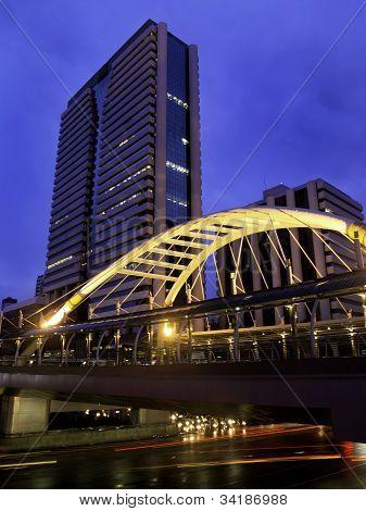 Himmelspfad mit modernen Gebäuden, Bangkok Innenstadt Platz in Businesszone