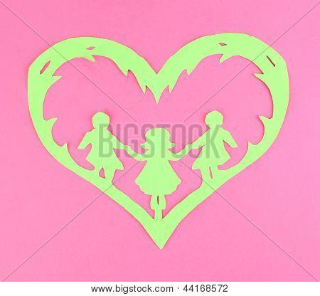 Verde de cortar o coração de papel com pessoas dentro, a cor de fundo