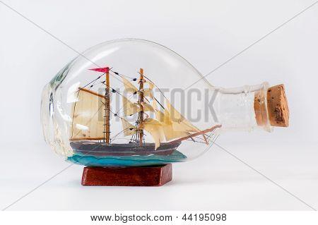 Navio em miniatura dentro de uma garrafa