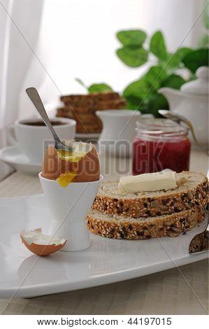Café da manhã com ovo cozido e fatias de pão de aveia
