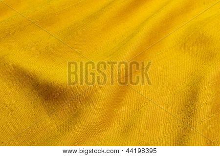 paño amarillo shantung elegante con pliegues
