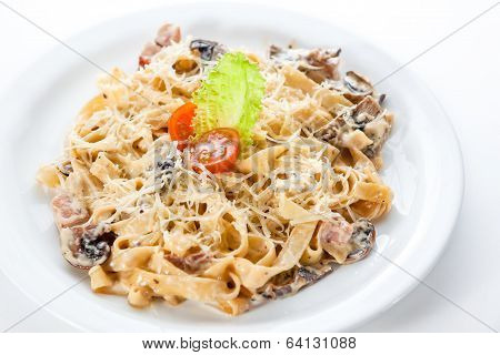 Pasta With Chicken And Mushrooms, Lettuce And Tomato