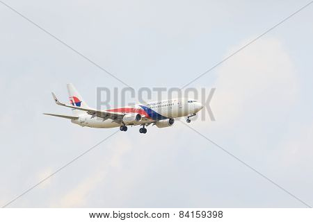 Thailand,bangkok-mar 3: Malaysia Airlines Plane Flying Above Suvarnabhumi Airport Runway And Prepare