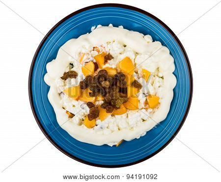 Curd With Peaches, Raisins And Sour Cream In Plate