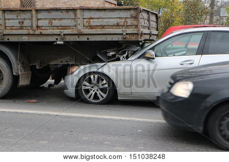 crash on the road due to insufficient distance between vehicles