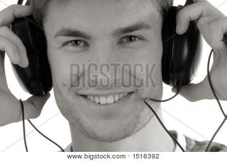 Retrato, jovem rapaz em fones de ouvido para a música