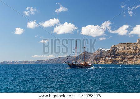 Santorini Volcanic Boat Trip sailing to caldera