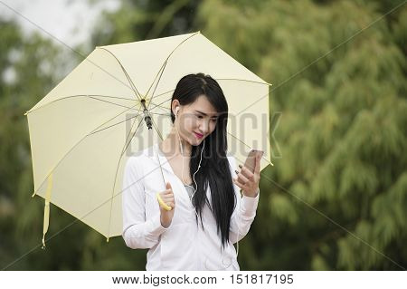 sport girla jogging when it rains .