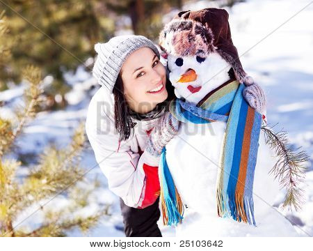 Frau mit einem Schneemann