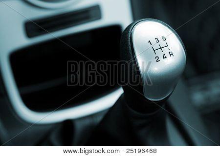 Getriebe-UMSCHALT-Griff in einem modernen Auto