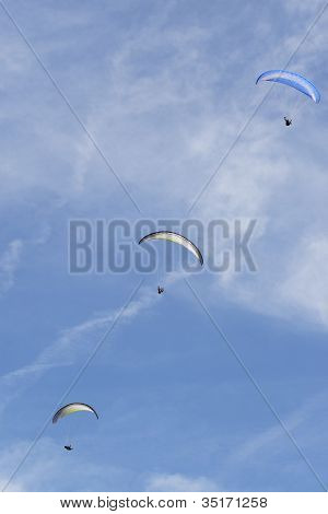 Three para gliders