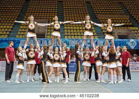 Moscú - 24 de MAR: Equipo de Cheerleaders realiza acrobacias en el campeonato y concursos de Moscú en cheerl