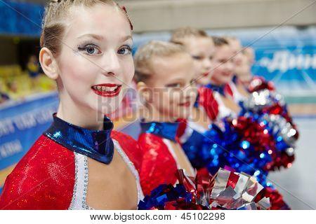 Moscú - 24 de MAR: Retrato de participante del equipo de animadoras chica en Campeonato y concursos de