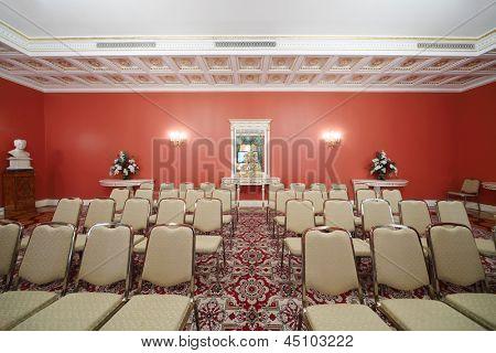 Moscou - 24 de abril: Linhas de cadeiras na sala vermelha na extensão de comentários no grande palácio do Kremlin em 24 de abril