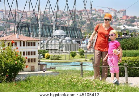 Estambul - 4 de JUL: Madre e hija considerar Casa Museo Miniaturk, 04 de julio de 2012 Estambul Turquía.