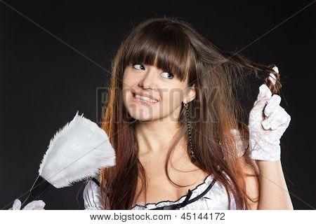 Chica juguetona con plumero