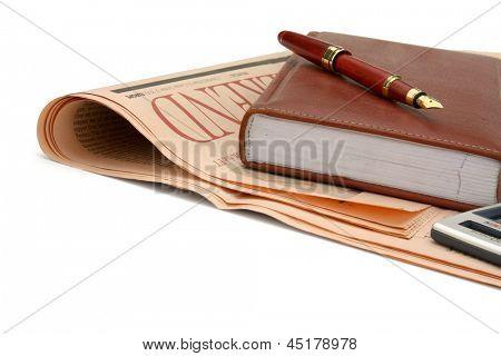 Un diario y una pluma fuente colocados en el periódico financiero.