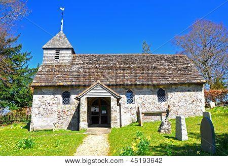 Antigua iglesia de país inglés en primavera