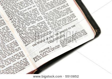 Bíblia aberta aos Colossenses